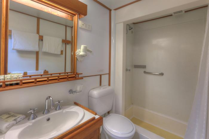 En-suite Bathrooms - Coral Expeditions II