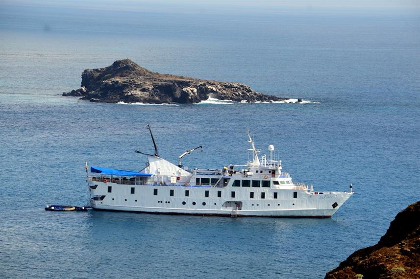 La Pinta sailing in the Galapagos Islands