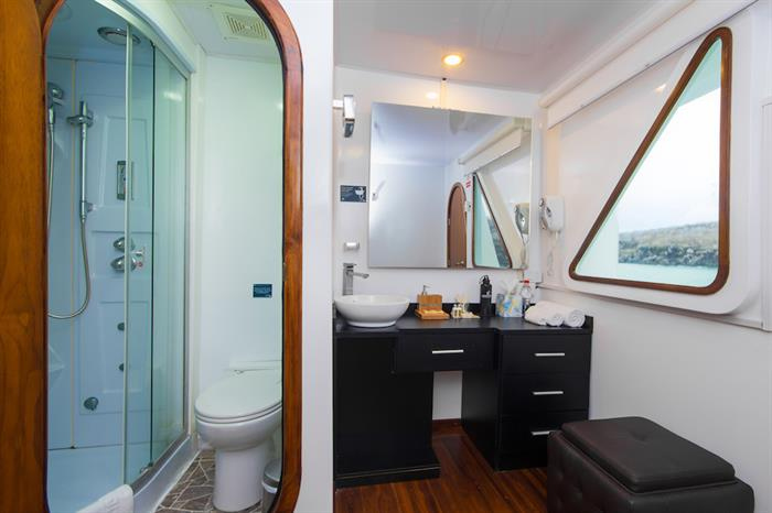 En-Suite Bathroom - Petrel Galapagos
