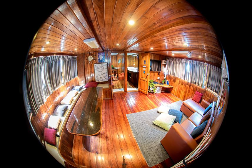 Salon interior - Manta Queen 8