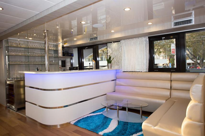 Bar and Lounge Area - Maritimo
